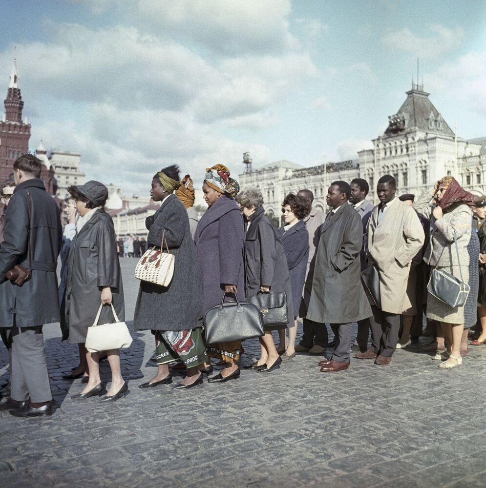 Fronta k mauzoleu Lenina, 1965.