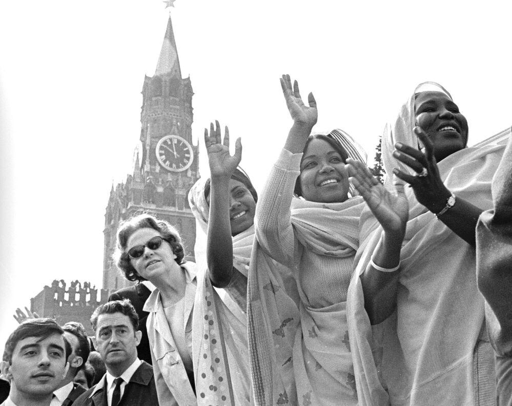Cizinci během sváteční demonstrace na Rudém náměstí, 1969.