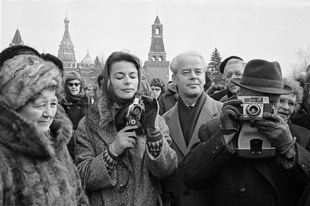 Turisté z Dánska fotí pamětihodnosti Moskevského Kremlu, 1964.