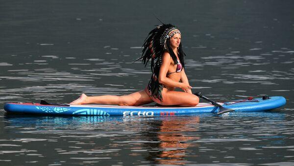 Mistryně sportu Ruska Julia Bojarintseva dělá jógu na řece Jenisej v Krasnojarském kraji. - Sputnik Česká republika