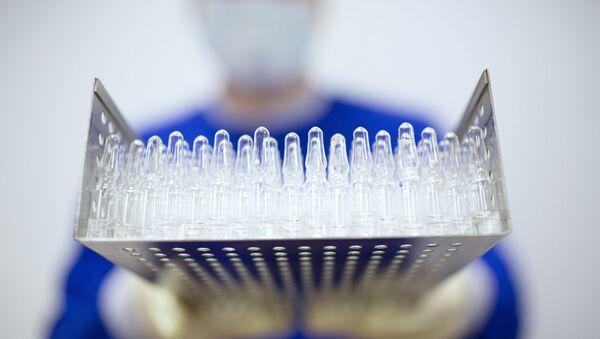Výroba vakcíny proti covidu-19 ve farmaceutické společnosti Binnofarm - Sputnik Česká republika