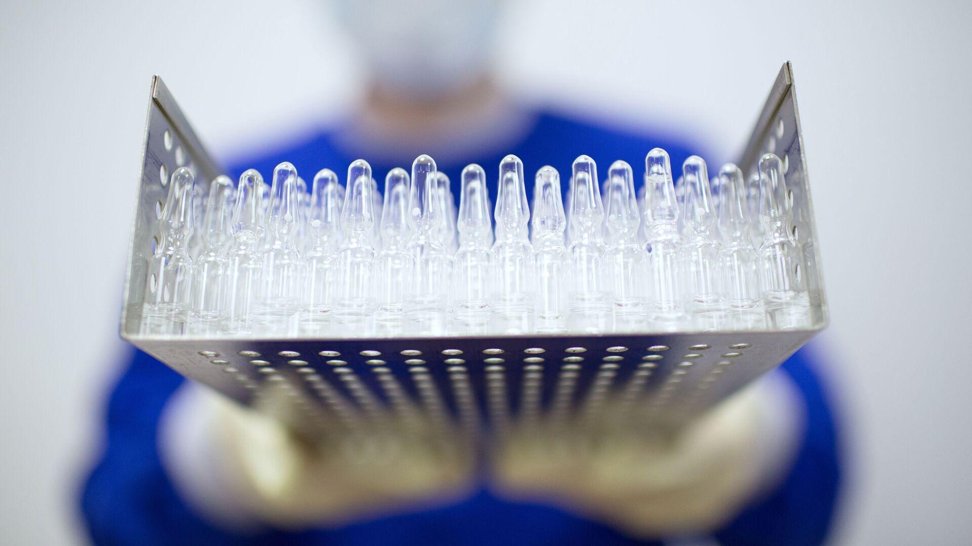 Výroba vakcíny proti covidu-19 ve farmaceutické společnosti Binnofarm - Sputnik Česká republika, 1920, 26.07.2021