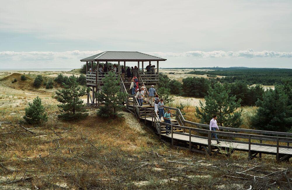 Turisté se dívají na duny z výšek Efa v národním parku Kurská kosa v Kaliningradské oblasti.