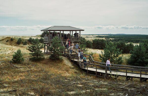 Turisté se dívají na duny z výšek Efa v národním parku Kurská kosa v Kaliningradské oblasti. - Sputnik Česká republika