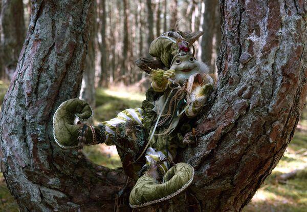 Figurka pohádkové postavy na stromě v Tančícím lese. - Sputnik Česká republika