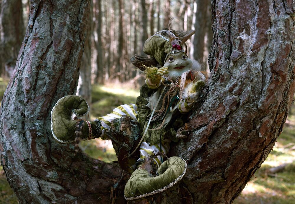 Figurka pohádkové postavy na stromě v Tančícím lese.