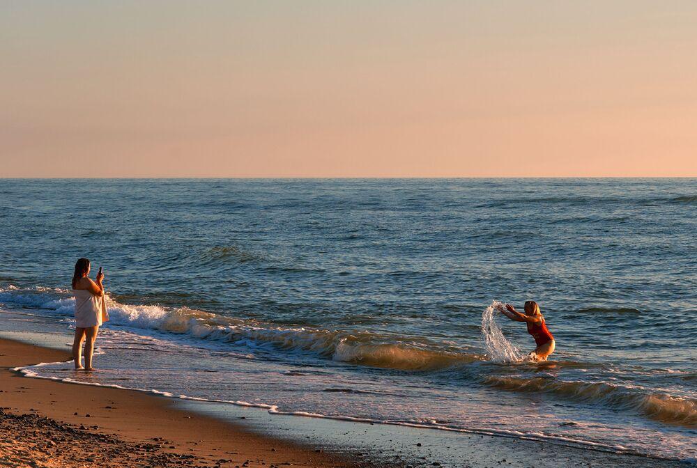 Lidé odpočívají na pláži v národním parku Kurská kosa v Kaliningradské oblasti.
