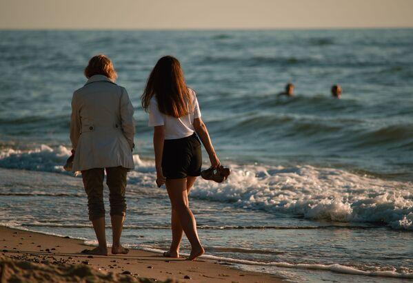 Lidé odpočívají na pláži v národním parku Kurská kosa v Kaliningradské oblasti. - Sputnik Česká republika