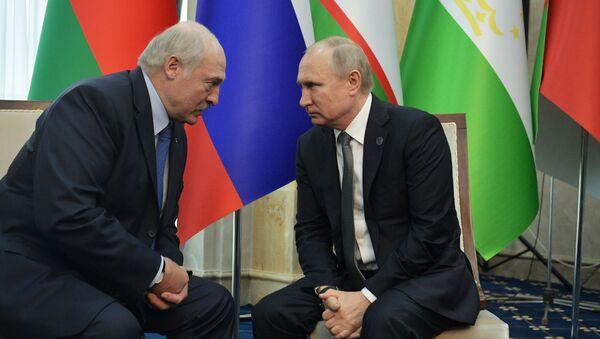Běloruský prezident Alexandr Lukašenko a ruský prezident Vladimir Putin během summitu Šanghajské organizace pro spolupráci v Biškeku - Sputnik Česká republika