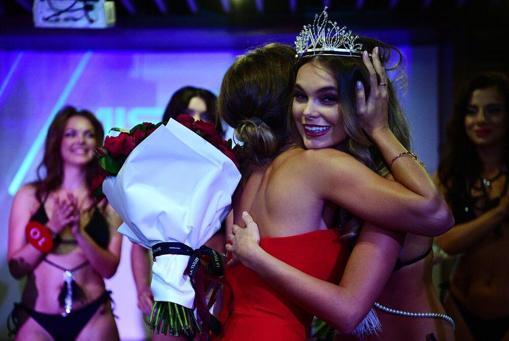 Vítězka soutěže přijímá gratulace od moderátorky soutěže