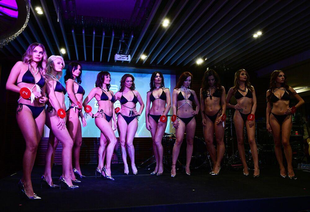 Účastnice soutěže předvádějí svou krásu z pódia