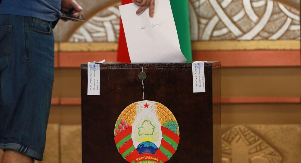 Volič umístí hlasovací lístek do urny v prezidentských volbách v Bělorusku