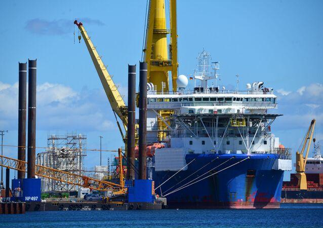 Ruská loď Akademik Čerskij v německém přístavu Mukran