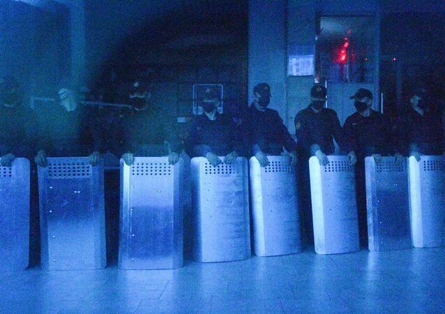 Bezpečnostní složky před televizním centrem v Minsku