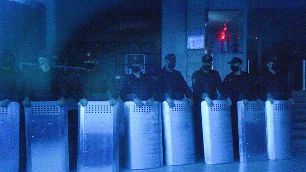 Bezpečnostní složky před televizním centrem v Minsku - Sputnik Česká republika