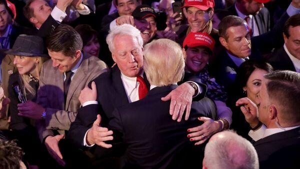 Robert Trump se objímá s Donaldem Trumpem - Sputnik Česká republika
