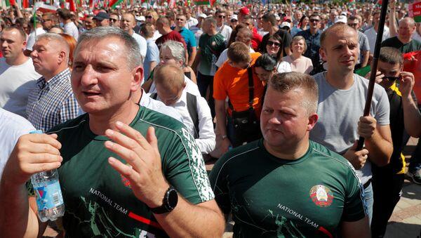 Lidé tleskají Lukašenkovi na demonstraci v Minsku - Sputnik Česká republika