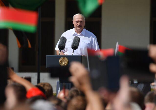 Běloruský prezident Alexandr Lukašenko vystoupil před svými stoupenci na Náměstí nezávislosti v Minsku