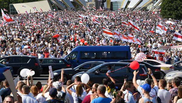Účastníci opozičního pochodu Za svobodu u stély Minsk - Gorod geroj v hlavním městě Běloruska (16. 08. 2020) - Sputnik Česká republika