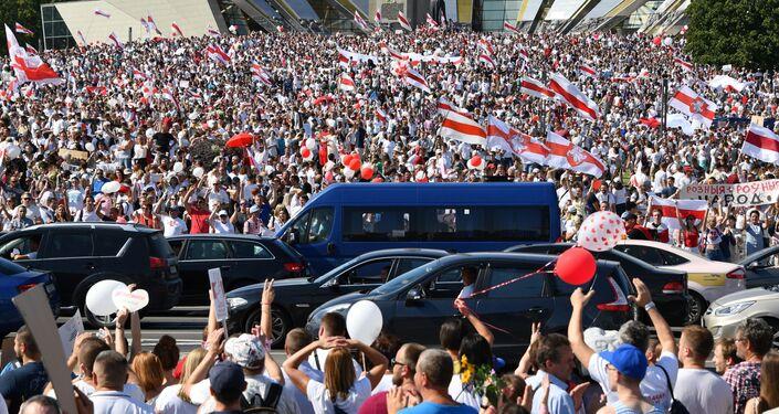 Účastníci opozičního pochodu Za svobodu u stély Minsk - Gorod geroj v hlavním městě Běloruska (16. 08. 2020)