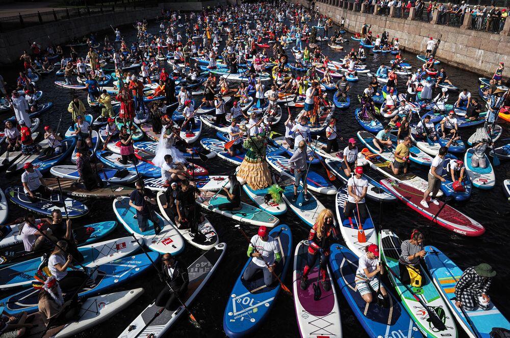 Účastníci mezinárodního festivalu surfování Fontanka-SUP v Petrohradu.
