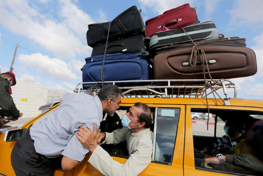 Palestinci na hraničním přechodu s Egyptem, jenž byl otevřen poprvé po svém uzavření kvůli koronaviru.