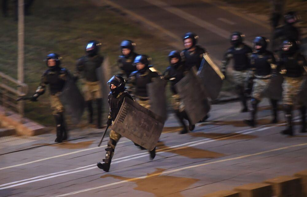Zaměstnanci bezpečnostních složek během protestů v Minsku.