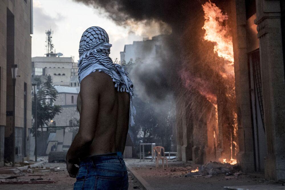 Účastník střetů mezi demonstranty a ozbrojenci v Bejrútu.