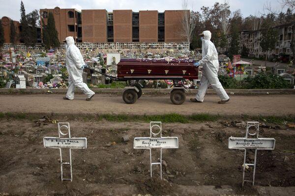 Hrobníci nesou rakev na hřbitově v Santiagu během pandemie koronaviru, Chile. - Sputnik Česká republika