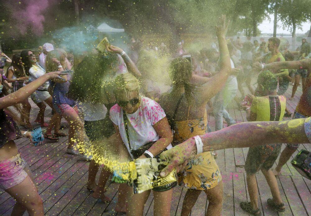 Účastníci indického svátku barev Holí v parku v Kyjevě, Ukrajina.