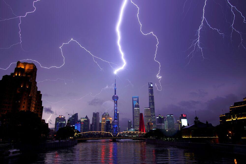 Šanghaj zasažená bleskem, Čína.
