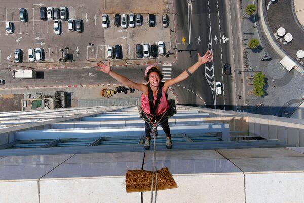 Odborník na mytí oken, Noah Toledo, při práci na výškové budově v Tel Avivu, Izrael. - Sputnik Česká republika