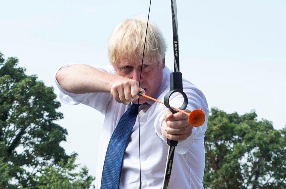 Britský premiér Boris Johnson při střelbě z luku v letním táboře Premier Education, Londýn.