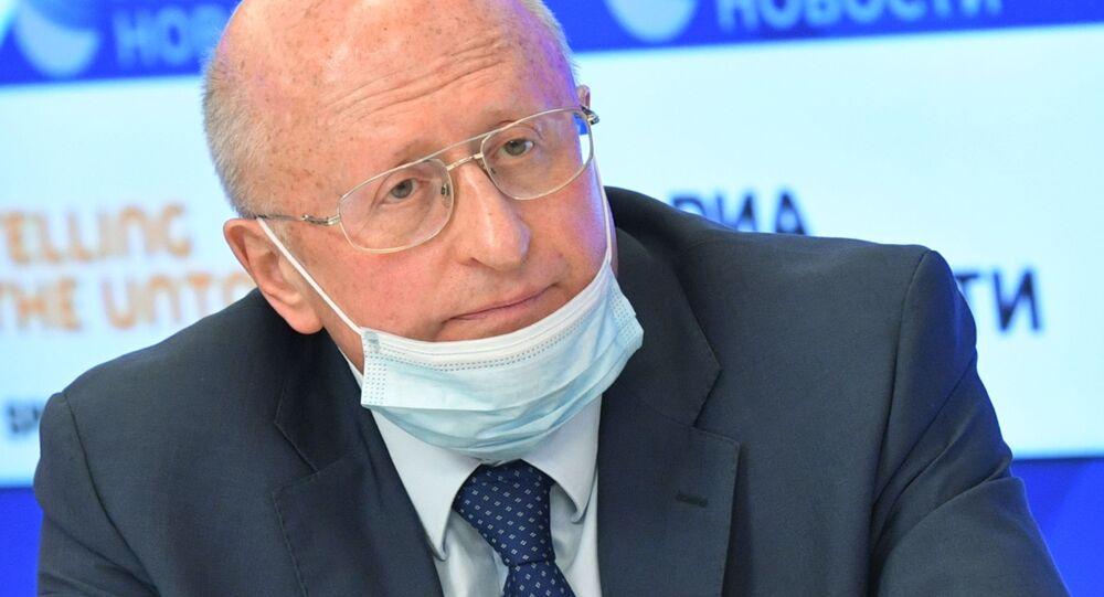 Ředitel Ústavu epidemiologického a mikrobiologického výzkumu Nikolaje Gamaleji Alexander Gincburg