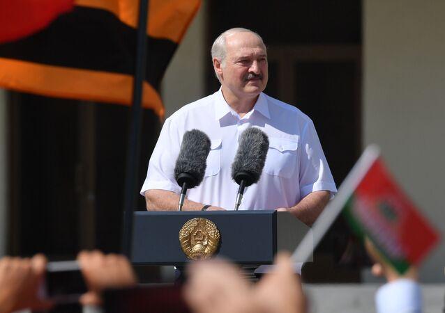 Běloruský prezident Alexandr Lukašenko vystupuje před svými stoupenci (17. 08. 2020)