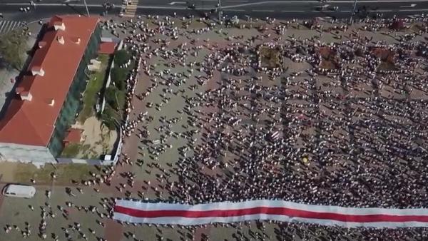 Tisíce lidí se připojily k masovým protestům proti Lukašenkovi. Akce proběhly po celé zemi - Sputnik Česká republika
