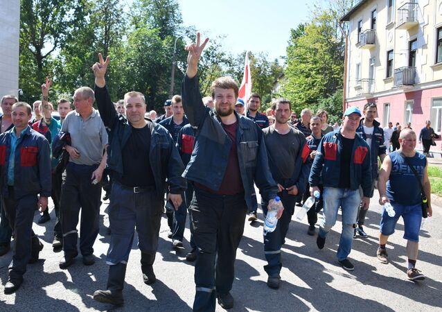 Dělníci Minského automobilového závodu na protestní akci v Minsku