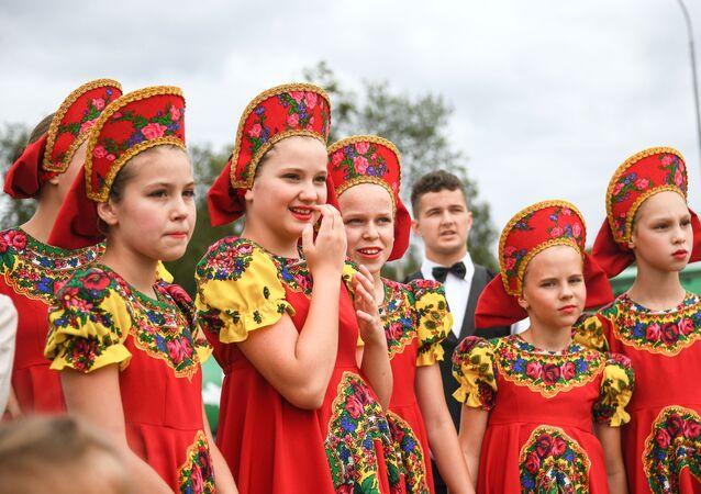Účastnice dětského folklorního souboru na oslavě Dne vzdušných sil Ruska v parku Patriot