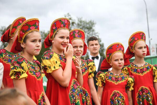 Účastnice dětského folklorního souboru na oslavě Dne vzdušných sil Ruska v parku Patriot - Sputnik Česká republika