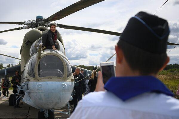 Návštěvníci oslav u vrtulníku Mi-24 - Sputnik Česká republika