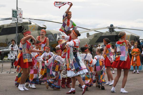 Účastnice dětského tanečního souboru vystupují na oslavách Dne vzdušných sil Ruska - Sputnik Česká republika