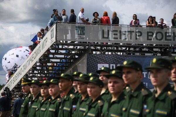 Návštěvníci a vojáci Ruské federace na oslavách Dne vzdušných sil Ruska v parku Patriot - Sputnik Česká republika