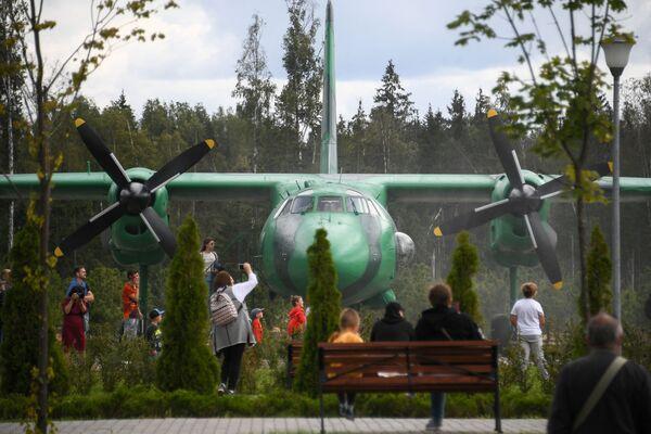Návštěvníci parku Patriot pozorují přistání letadla - Sputnik Česká republika
