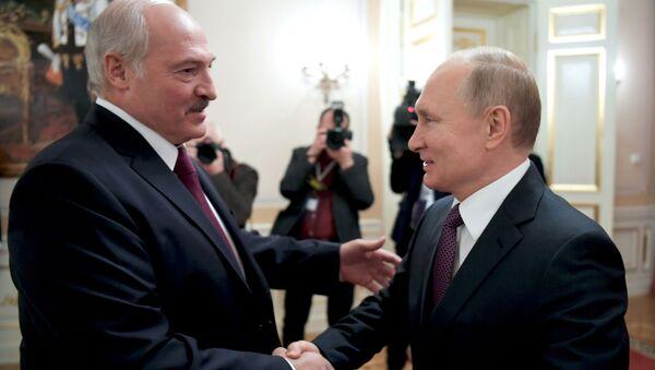 Běloruský prezident Alexandr Lukašenko spolu s ruským lídrem Vladimirem Putinem - Sputnik Česká republika