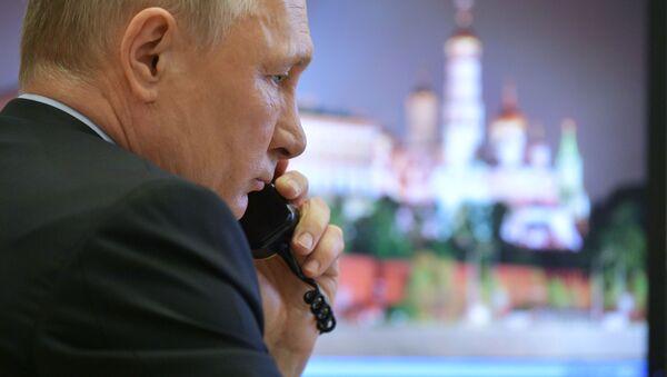 Ruský prezident Vladimir Putin telefonuje - Sputnik Česká republika