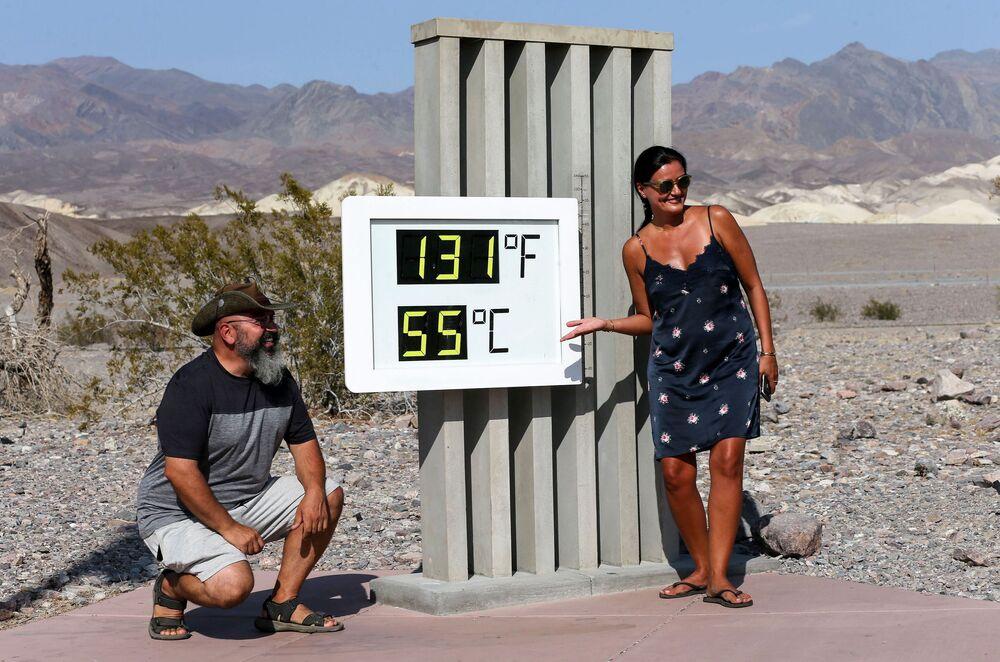 Teploměr v Národním parku Údolí smrti, Kalifornie, USA.