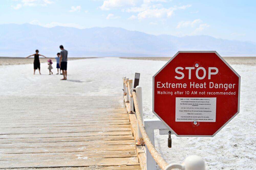 Cedule varující návštěvníky před nebezpečím extrémních teplot v povodí pánve Badwater, která je nejníže položeným místem v Severní Americe. Má nadmořskou výšku −86 m.