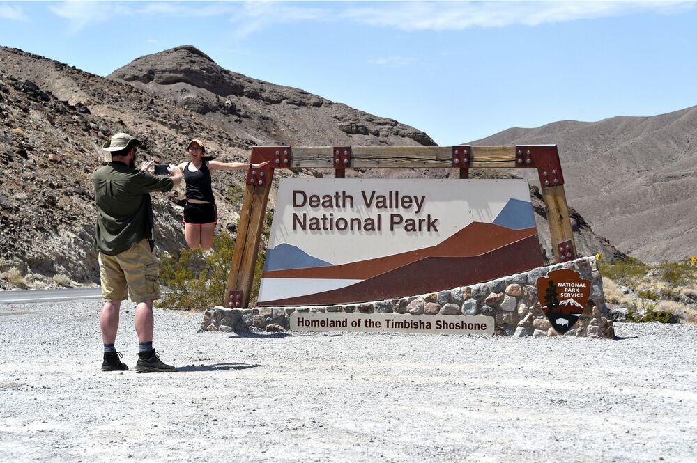 Turisté se fotí u vchodu do parku Údolí smrti.