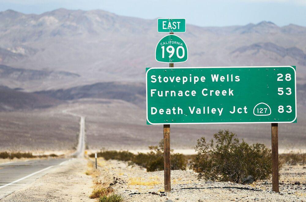 Rozcestník v Národním parku Údolí smrti.