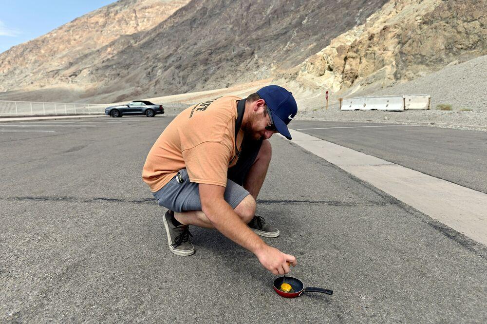 Muž smaží vejce na silnici v parku Údolí smrti.